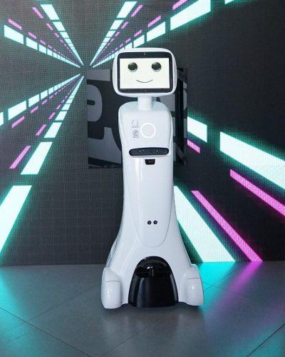 Robot Funny promociones con cara en pantalla