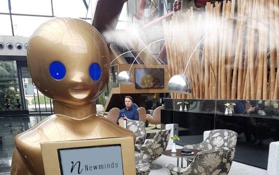 Robots desinfectantes en un hotel